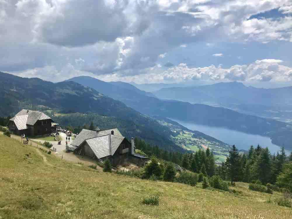 Auf der Millstätter Alpe oberhalb vom Millstätter See gibt es eine tolle Aussicht und kleinere Wanderungen für Kinder