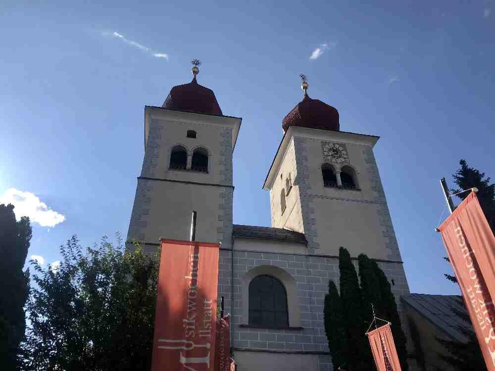 Wir stehen direkt bei den beiden bekannten Törmen vom Kloster in Millstatt