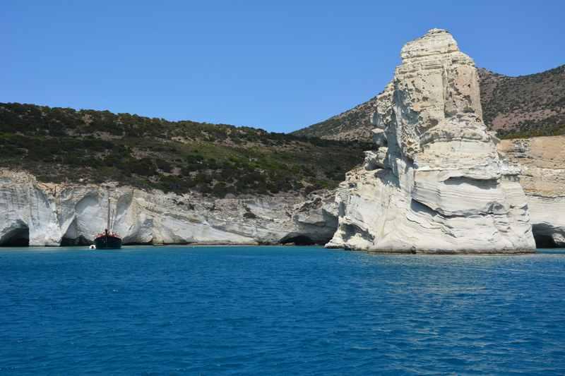 Nur mit dem Schiff zu erreichen: Piratenwinkel Kleftiko mit azurblauen Wasser