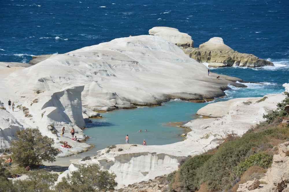Der Sarakiniko Strand ist ein Ausflugsziel für sich - Kreidefelsen, Sand und türkisblaues Wasser im Familienurlaub Griechenland