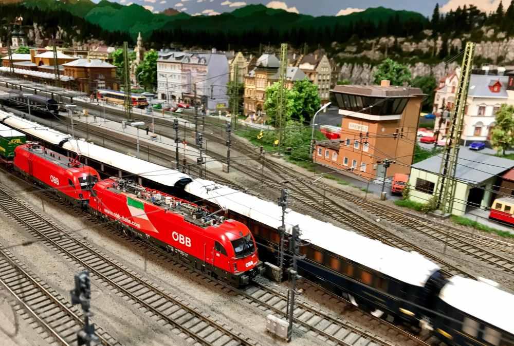 Im Bahnhof fahren die Züge aus und ein - alleine hier stehen rund 700 Personen in Miniatur am Gleis!