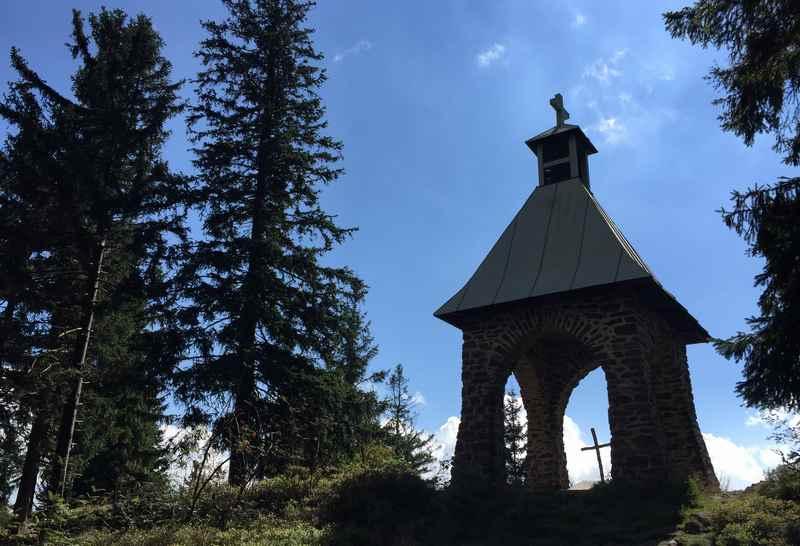 Kaitersberg wandern: Die Kapelle beim Mittagstein im bayerischen Wald nahe der Kötztinger Hütte - ein Glockenturm zum Gedenken