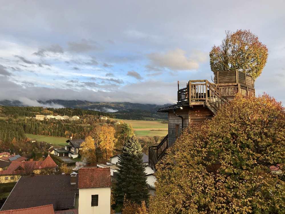 Beim Prechtlhof angekommen zieht der Himmel auf und wir können diesen Sonnenuntergang von unserem Zimmerfenster beobachten - vor uns im Bild das hoteleigene Baumhaus!