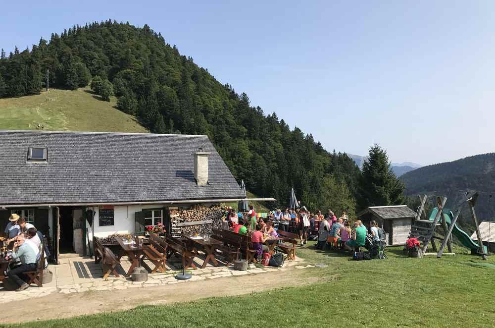 Eine der bewirtschafteten Hütten auf der Mittereggalm im Salzkammergut, hinten der Faistenauer Schafberg