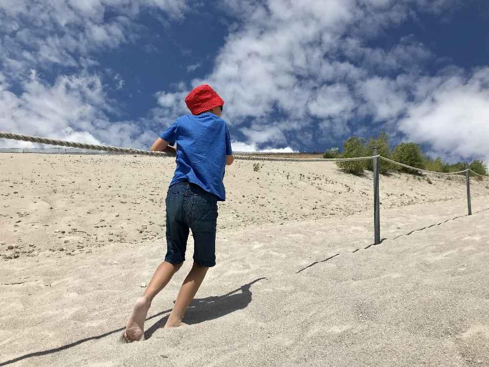 Ein Erlebnis: Durch den feinen Sand auf den Monte Kaolino wandern