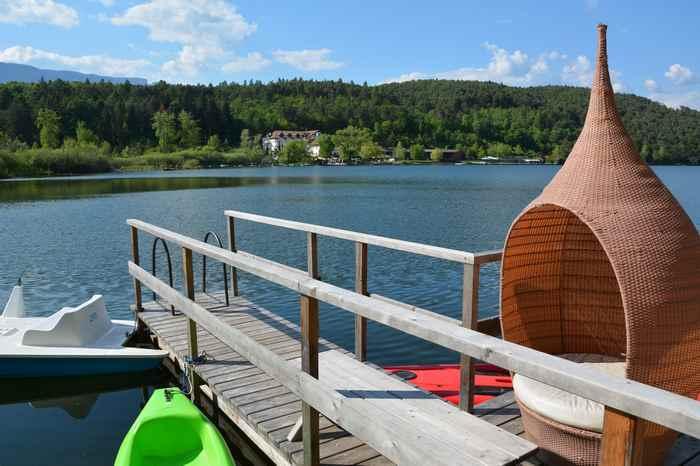 Das ist der hoteleigene Badestrand am Montiggler See