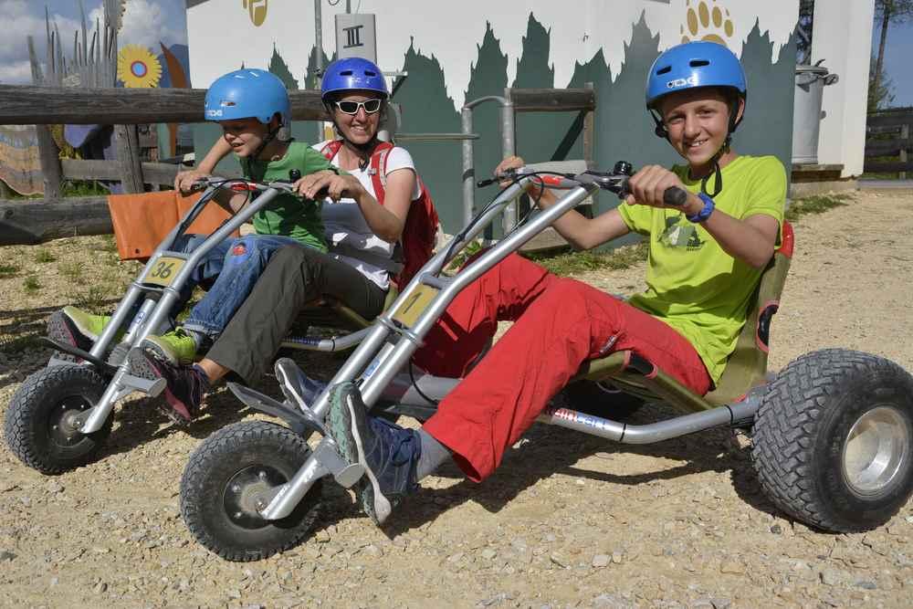 Der größte Spaß für Teenager im Familienurlaub Steiermark: Mit dem Mountain Cart fahren
