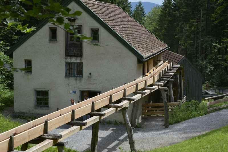 So wird das Wasser auf das große Mühlrad zur nächsten Mühle geleitet