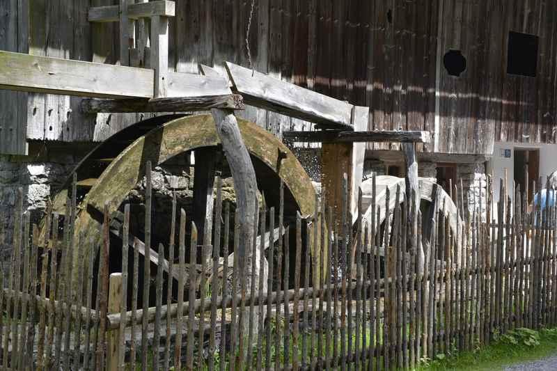 Die mannshohen Mühlräder im Freilichmuseum Glentleiten sind beeindruckend