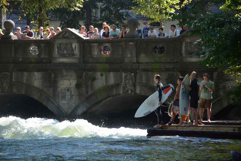 Die Eisbachwelle zum Surfen in München, kurzweilig mit Kindern anzuschauen