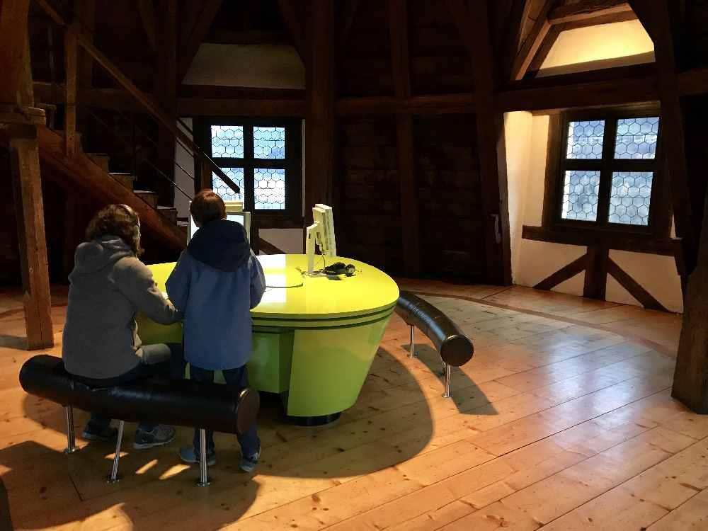 Im Turmzimmer ganz oben stehen Computer mit Geschichten über den Turm der Burg Hasegg