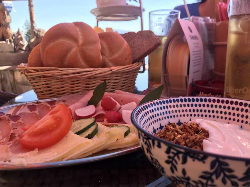 Der Frühstückstisch wird auf Bestellung jeden Tag reichlich gedeckt!