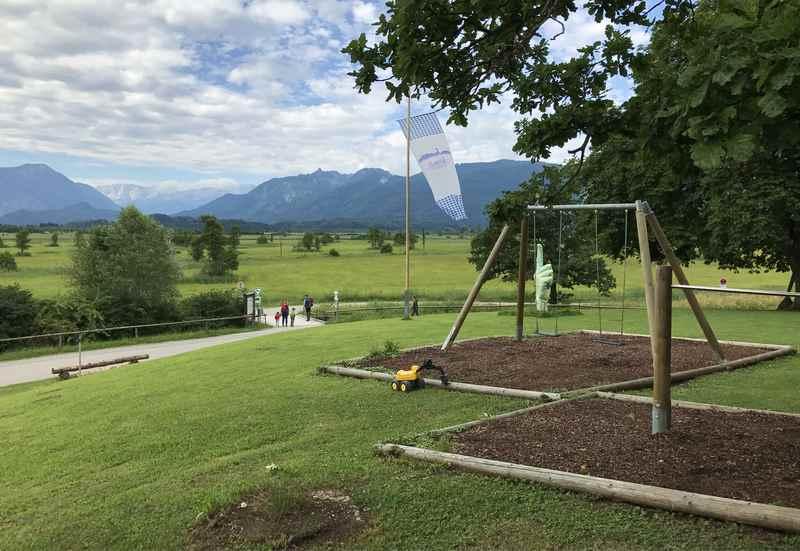 Murnau wandern mit Kindern: Der Kinderspielplatz beim Ähndl Kircherl in Ramsach am Murnacher Moos