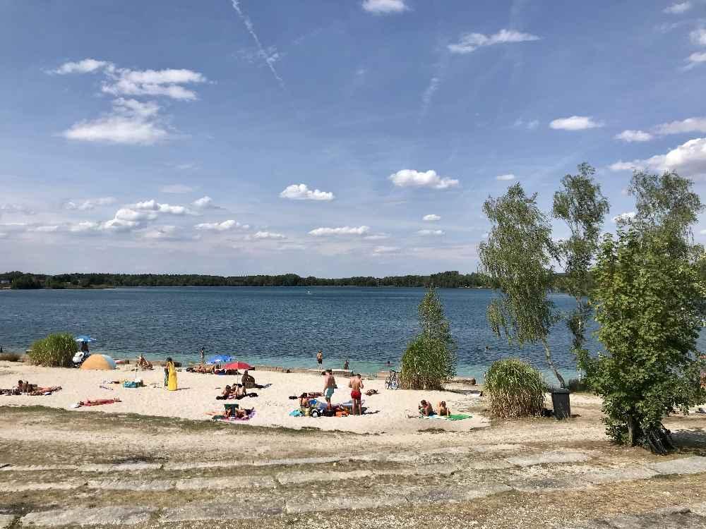 Der Badestrand nahe des Parkplatzes am Murner See