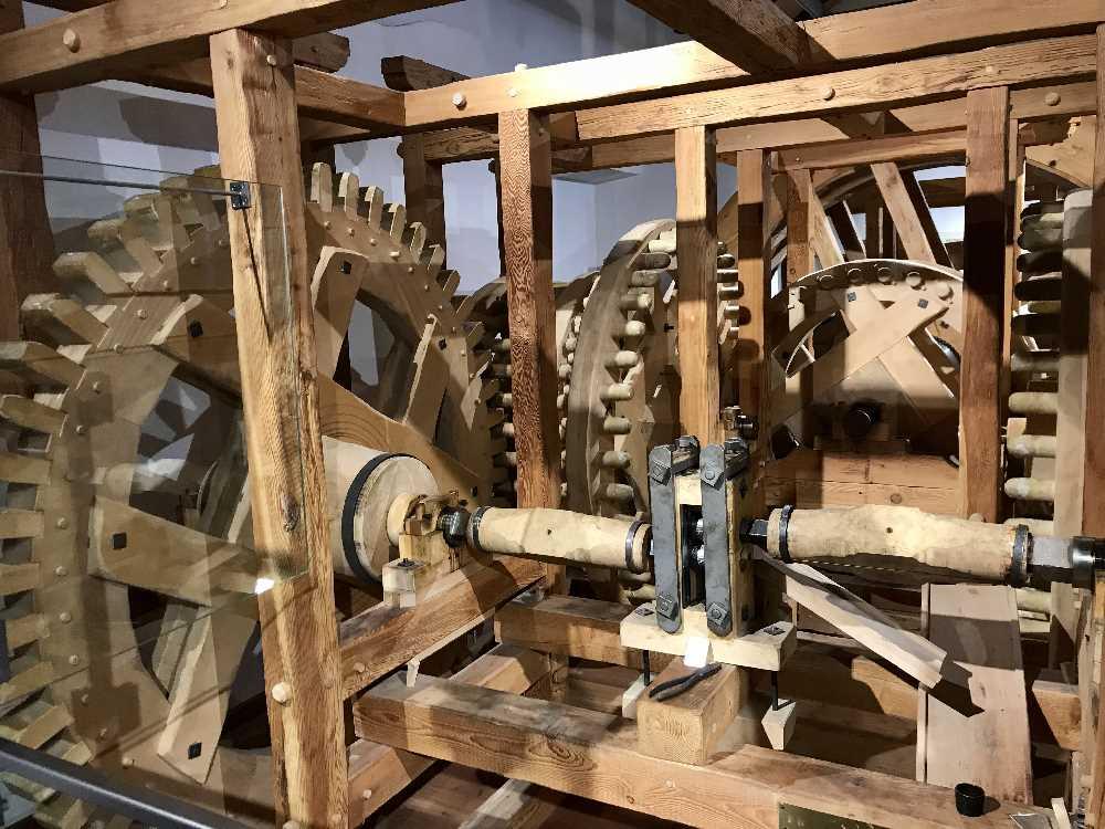 Die beeindruckende Münzprägemaschine in der Münze in Hall - die erste mit Wasserkraft betriebene Münzwerkstatt der Welt