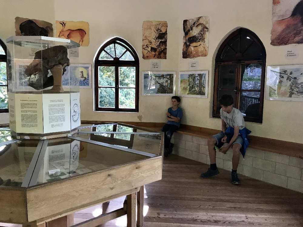 Im kleinen Museum im Turm des Schulerloch-Eingangs informieren wir uns