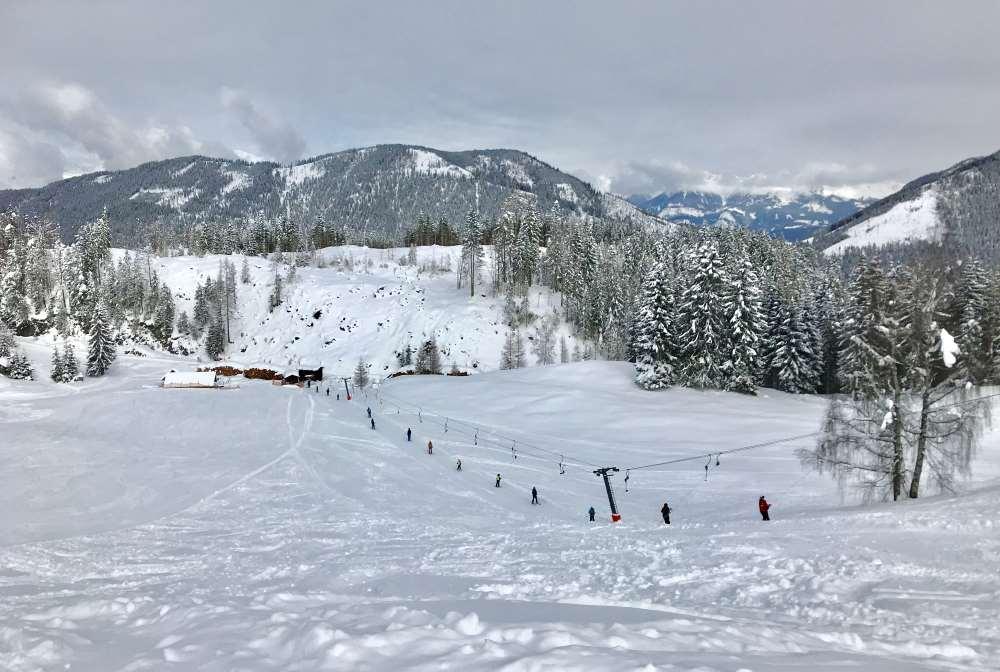 Dort ist der flache Hang mit dem Sonnenlift - ideal mit kleineren Kindern zum Üben - mit Panoramablick für Eltern im Skigebiet Weissensee!