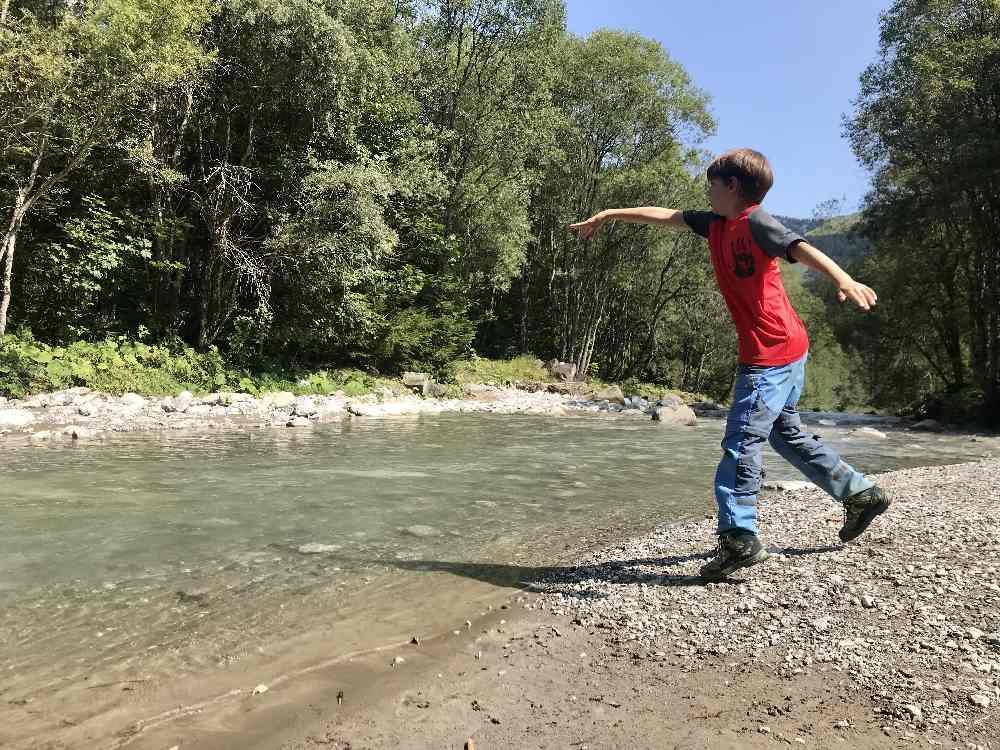 """""""Natur-Spielplatz"""" Gemsteltal: Steine ins Wasser werfen oder gar die Füße ins kalte Wasser strecken"""