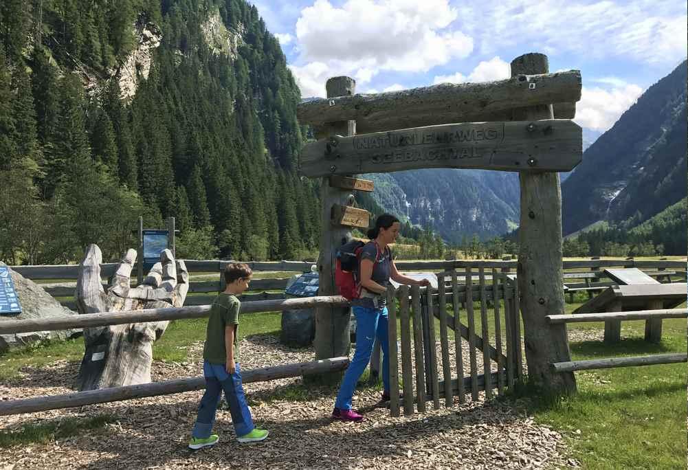 Wir gehen rechts auf dem schmalen Wanderweg ins Seebachtal hinein