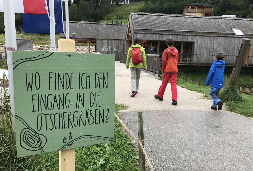 Wir suchen die Ötschergräben - und finden diese Schilder, hier bei der Ötscherbasis