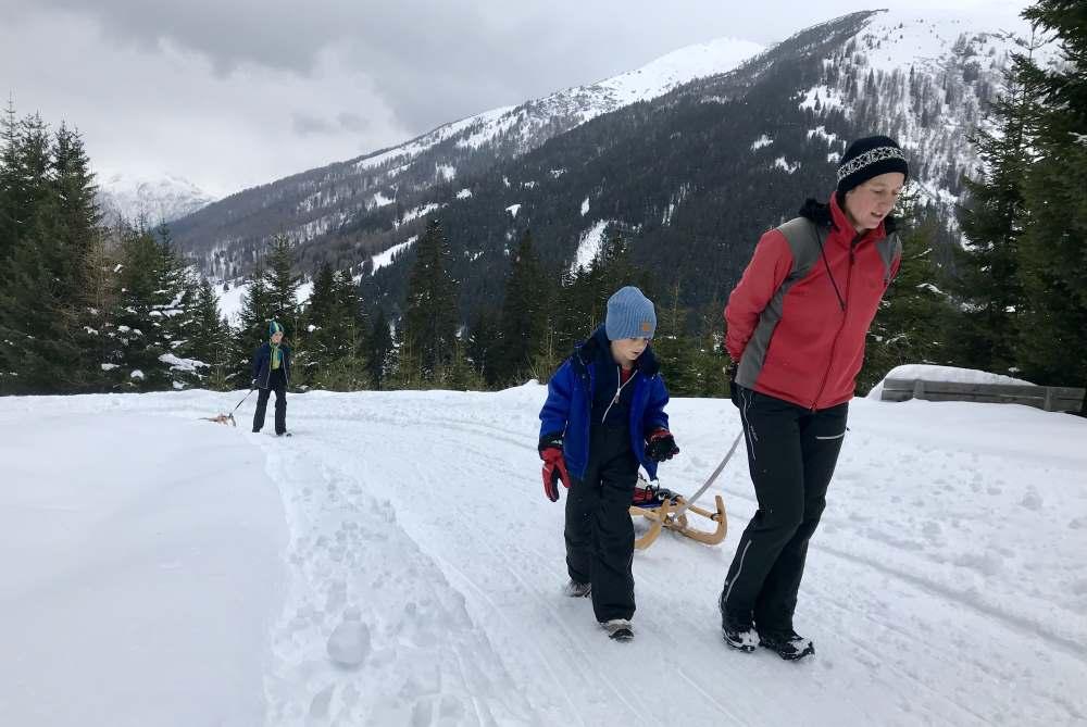 Rodeln Naviser Hütte - Im frischen Schnee geht die Winterwanderung aus dem Navistal zur Naviser Hütte
