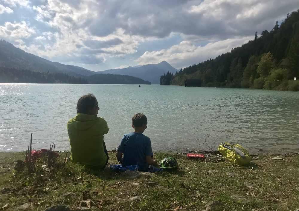 So sitzen wir auf der Wiese in Niedernach und schauen auf den Walchensee