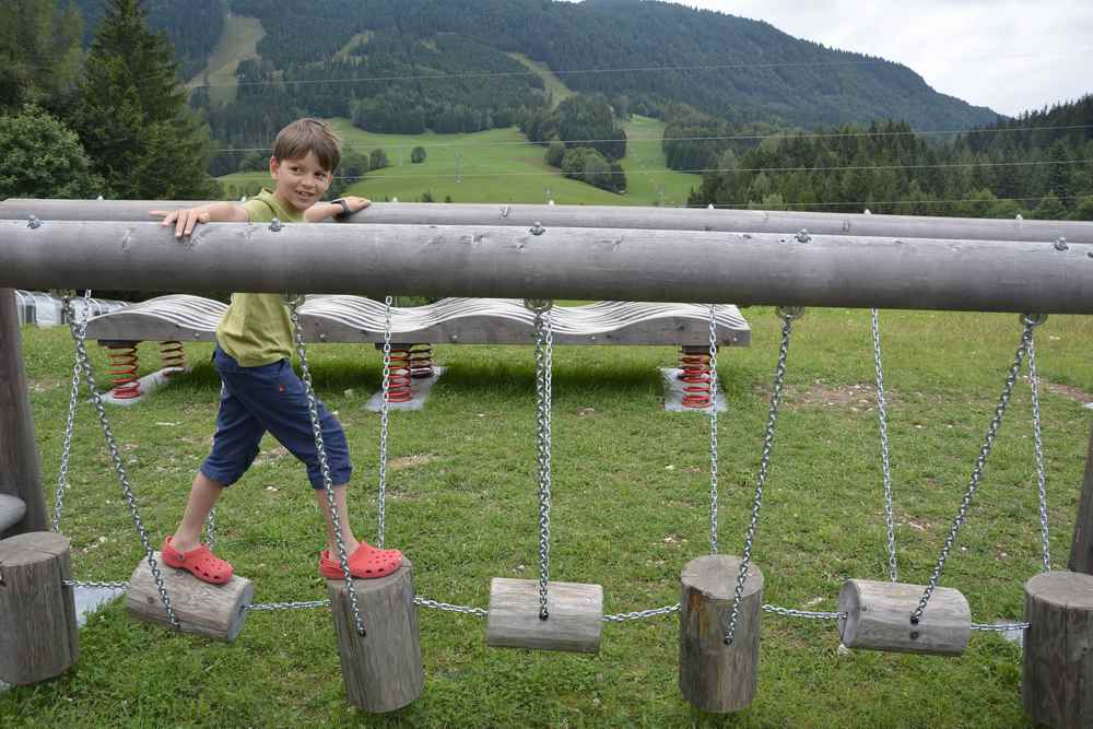 Bevor wir  ins JUFA Annaberg hineingehen, wird noch schnell der kleine Niederseilgarten ausprobiert
