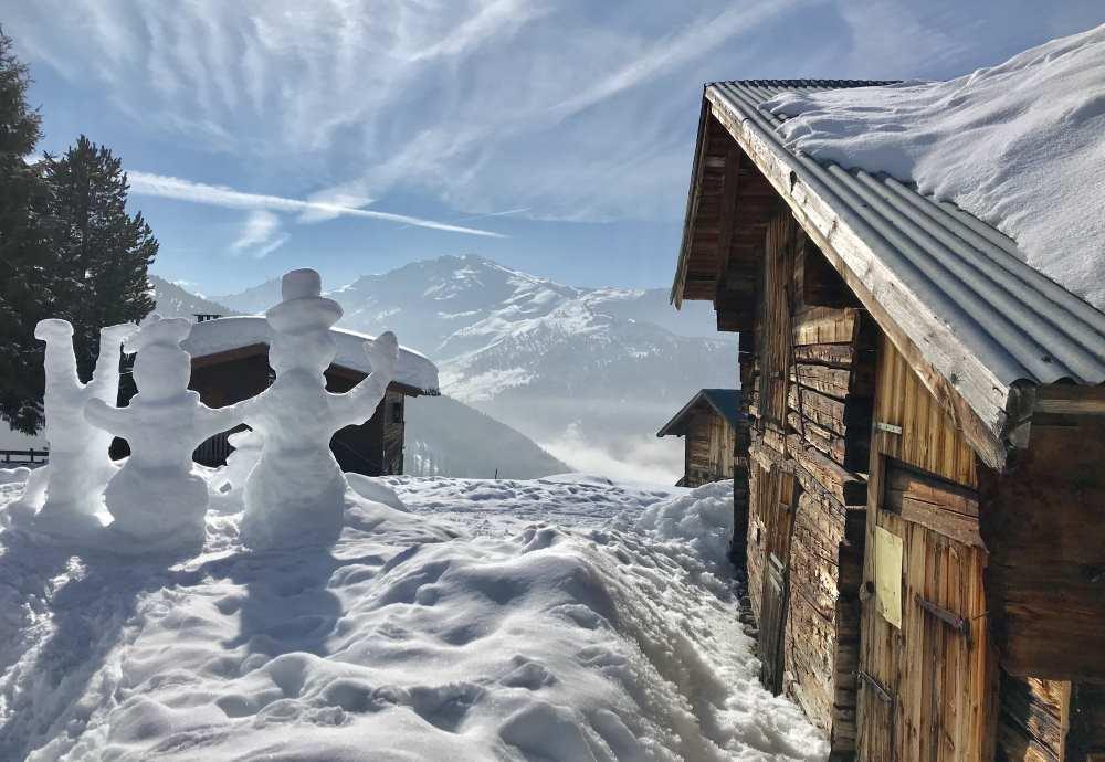 Unser Ziel: Die Nonsalm in Tirol mit den schönen Holzhütten - und der Schneemann-Familie
