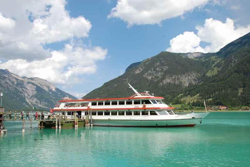Die schönen Seen sind beliebte für einen Familienurlaub Österreich Sommer