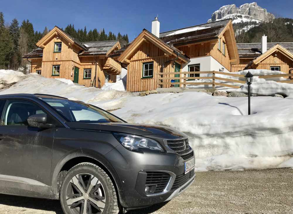 Mit dem Auto kommst du direkt zum Hagan Lodge Hüttendorf an der Piste