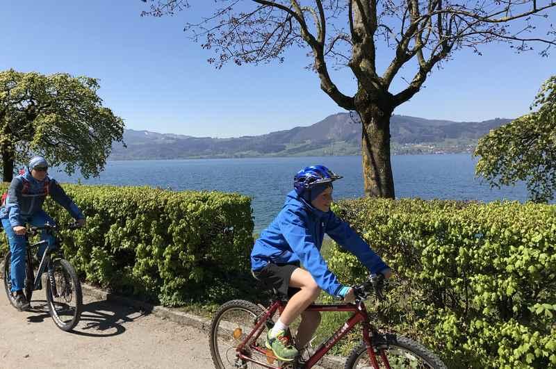 Am größten See in Österreich radfahren mit Kindern: Am tiefblauen Attersee