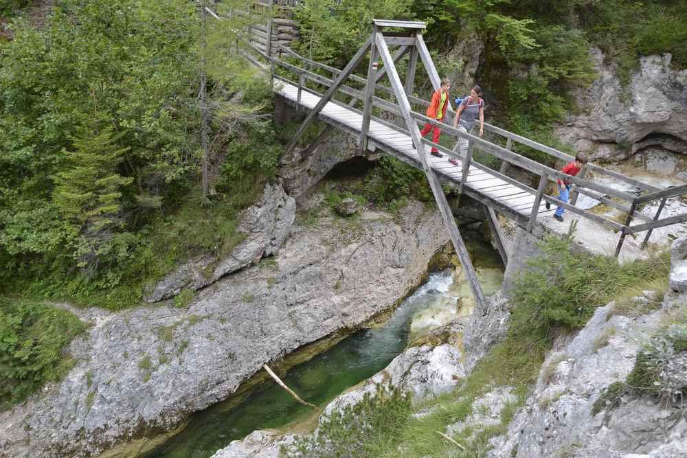 Die gewaltige Holzbrücke führt über den Ötschergraben zum Ötscherhiasl