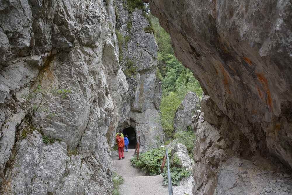 Abwechslungsreiche Wanderung: Durch die Felsentore wandern wir hinunter