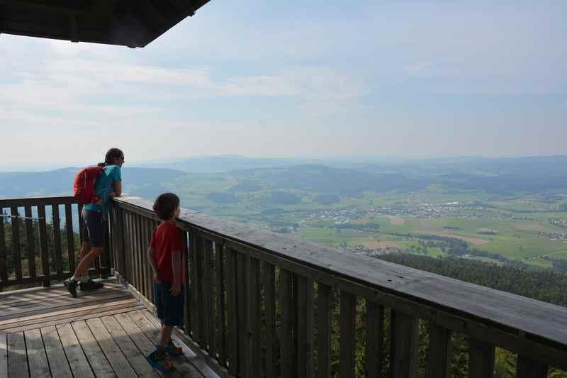 Kinderwagen Wanderung in Oberösterreich - vom Aussichtsturm schöne Aussicht über den Böhmerwald