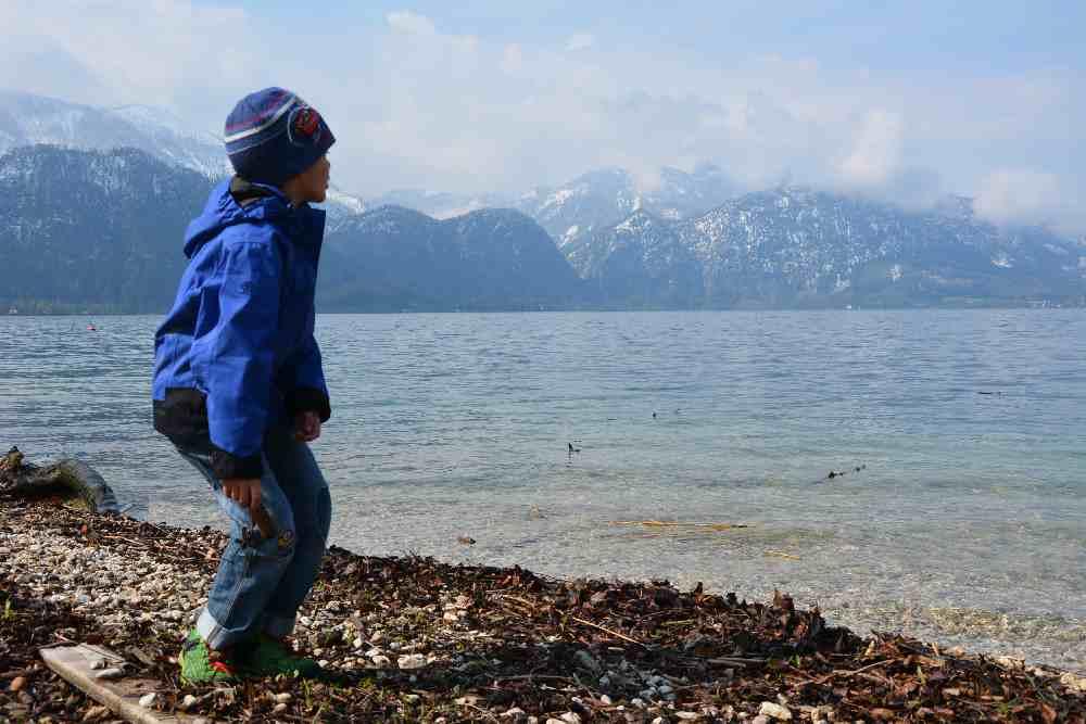 Am Attersee wandern mit Kinderwagen und unterwegs den See bewundern