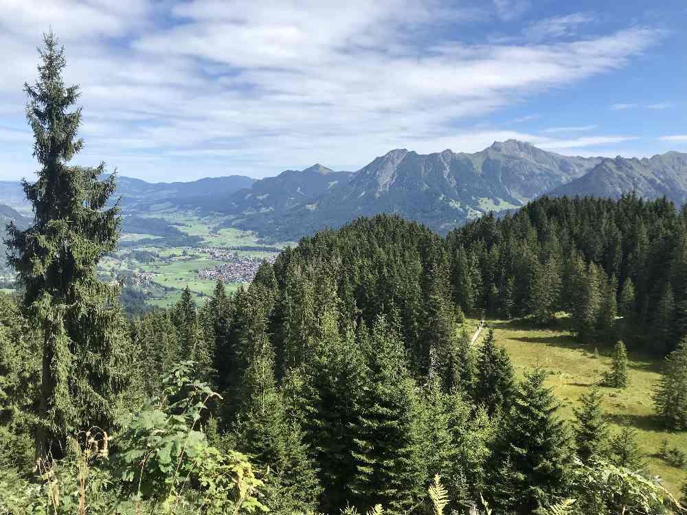 Auf dem Weg haben wir diesen Ausblick auf Oberstdorf und die Berge