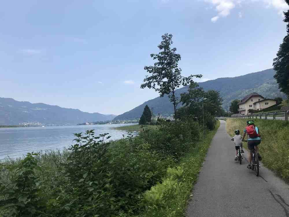 Von der Strasse getrennter Radweg: Ideal zum Radfahren mit Kindern in Kärnten