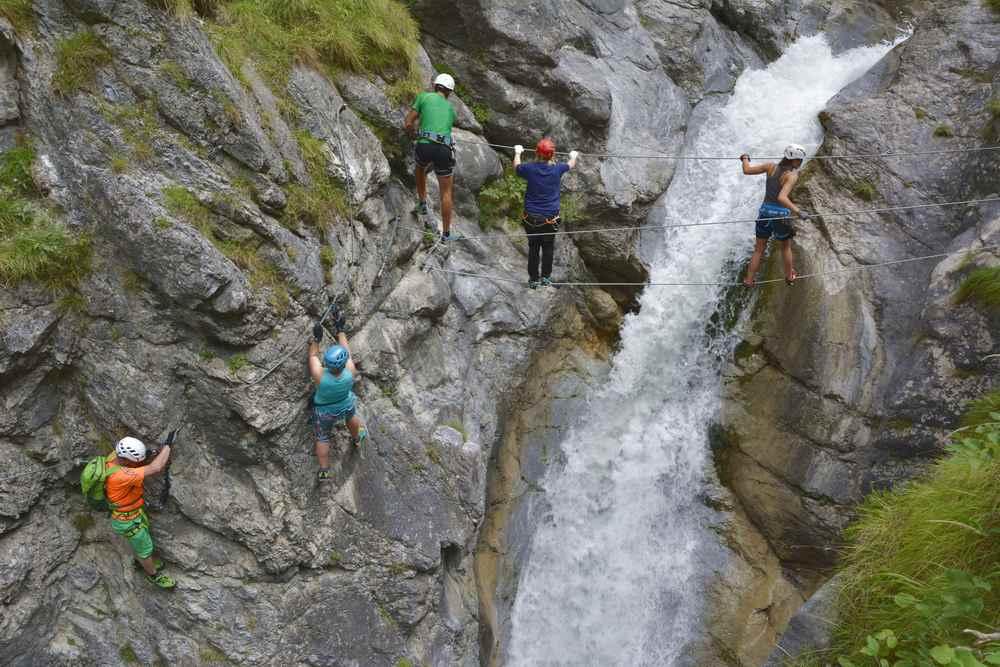 Familien können in Osttirol den Klettersteig durch die Galitzenklamm gehen oder auf dem einfachen Wanderweg wandern und die Kletterer beobachten