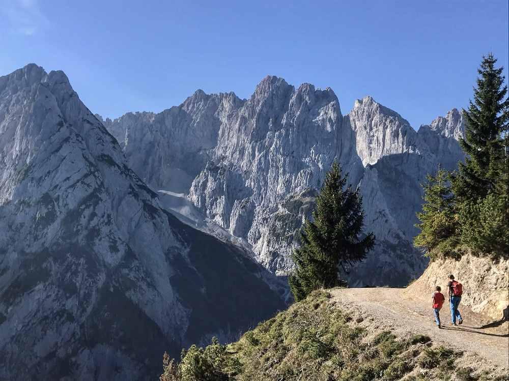 Das schöne Panorama mit dem Kaisergebirge auf dem Wanderweg zwischen der vorderen und der hinteren Ranggenalm