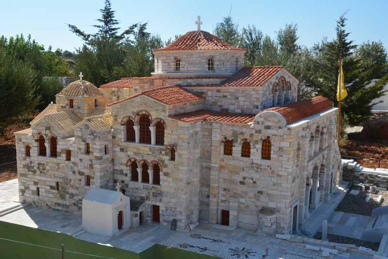 Auch die bekannte Panangia Kirche von Parikia auf Paros ist zu sehen