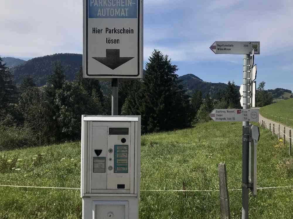 Der Buchenegger Wasserfälle Parkplatz ist kostenpflichtig - passendes Münzgeld mitnehmen!