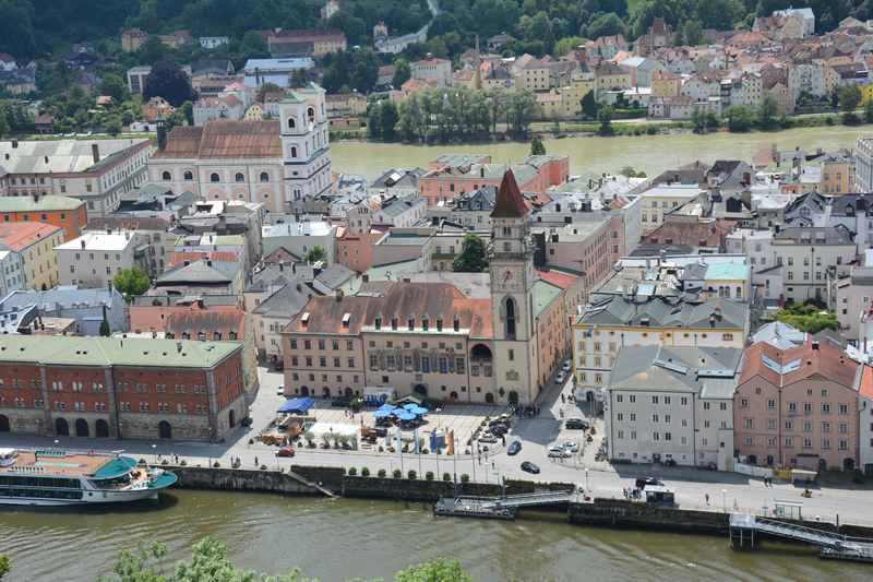 Passau mit Kindern - von der Veste aus gesehen. Vorne die Donau, hinten der Inn, dazwischen die Altstadt von Passau
