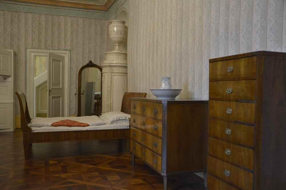 Das ist eines der Personalzimmer im Schloss Esterházy in Eisenstadt, geht über die Funktionalität hinaus.