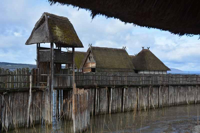 Mittendrin in den nachgebauten Pfahlbauten im Bodensee - mann kann durch die Häuser gehen