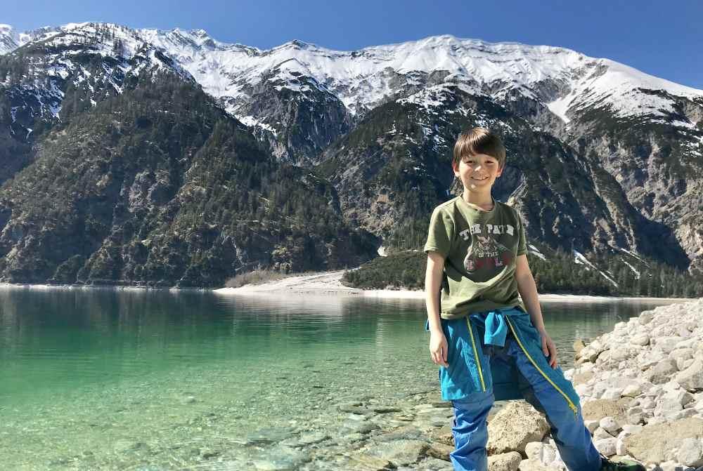 Familienurlaub an Pfingsten: Mit Kindern am See wandern - so in dieser Art könnt ihr das als Familie am Weissensee erleben! Er wird in den Sommermonaten bis zu 24 Grad warm.