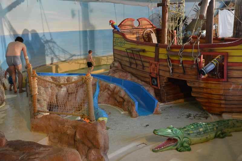 Schwimmbad mit Piratenschiff - ein Traum im Familienurlaub