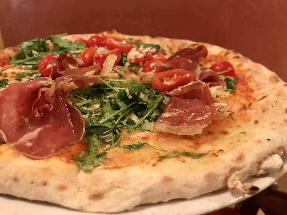 ...die super leckere Pizza im der angeschlossenen Pizzaria essen