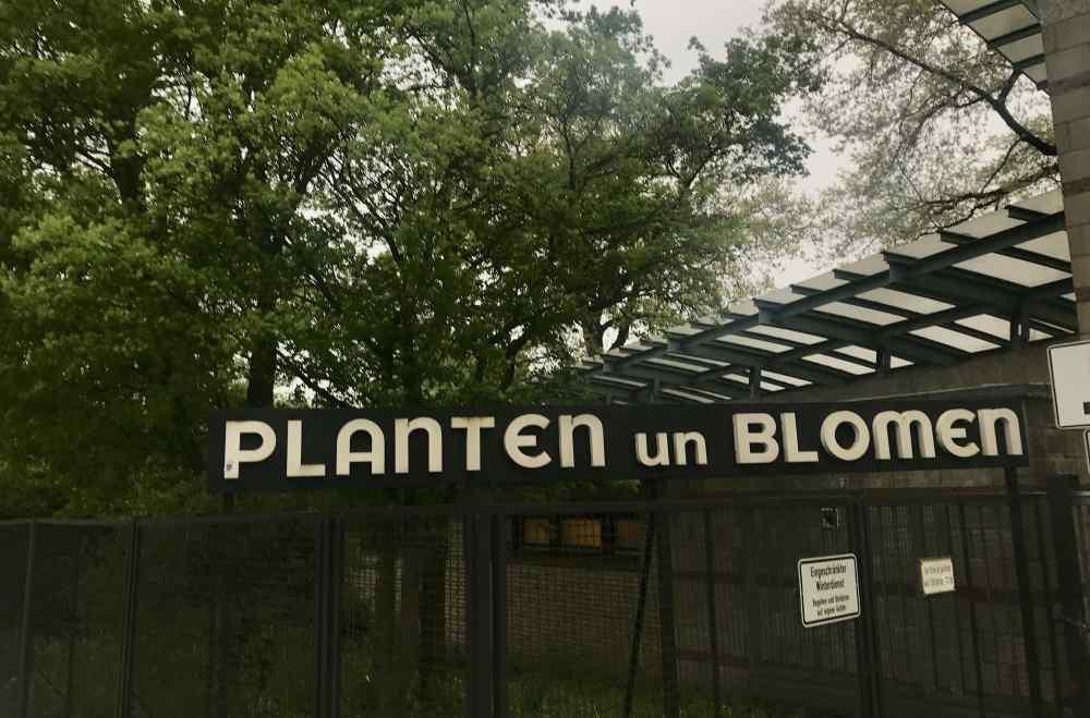 Unscheinbar ist das Schild am Eingang - Planten un Blomen in Hamburg