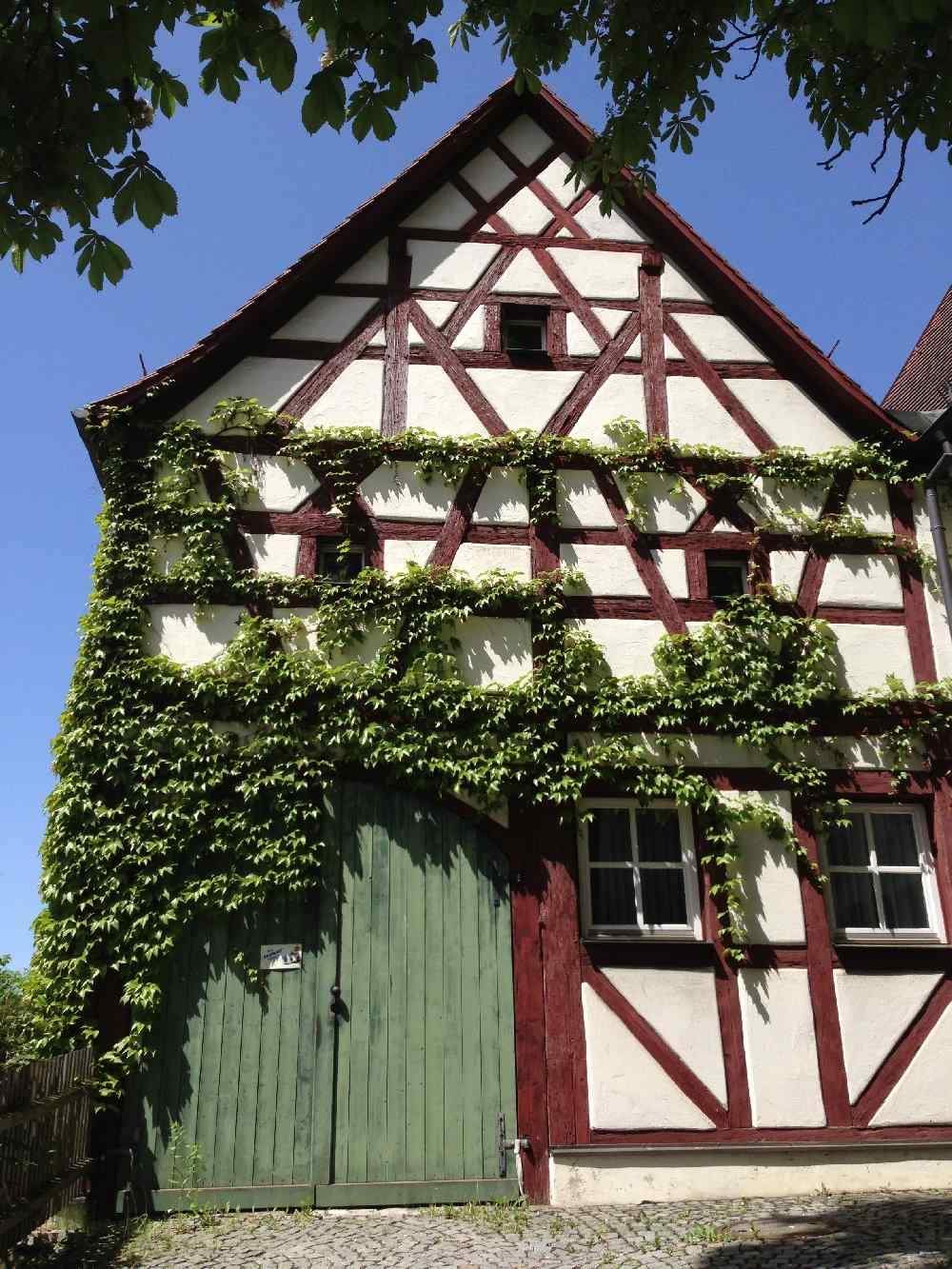Franken wandern mit Kindern - von den Fachwerkhäusern in Pommelsbrunn wandern zur Burgruine