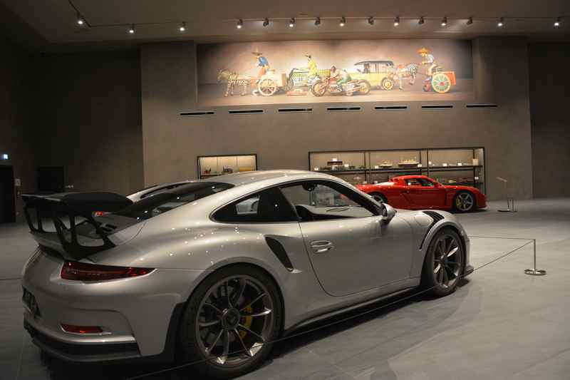 Hans-Peter Porsche Traumwerk: Natürlich gibt es auch Spielzeug für Erwachsene zu sehen: Ausgewählte und exklusive Porsche